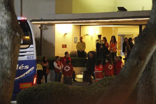 GRA485. CASTELLDEFELS (BARCELONA), 25/03/2015.- Algunos de los familiares de los fallecidos en el avión de Germanwings que se estrelló ayer con 150 personas a bordo, antes de partir esta noche en autocar, hacia Marsella (Francia). EFE/ALEJANDRO GARCÍA FAMILIARES DE FALLECIDOS SALDRÁN HOY EN AUTOCAR Y MAÑANA EN AVIÓN A LOS ALPES