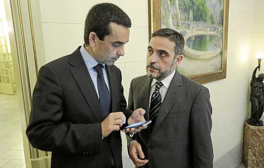 El conseller d'Hisenda, José Vicente Marí junto a Joaquín García.