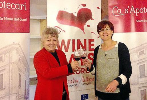 Rosa Vich, alcaldesa de Santa Maria, y Margalida Amat, de la DO Binissalem, durante la presentación del programa Winedays 2015.