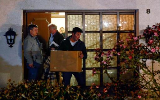 Policías alemanes, extraen material recogido en la case de los padres del copiloto en Montabaur.