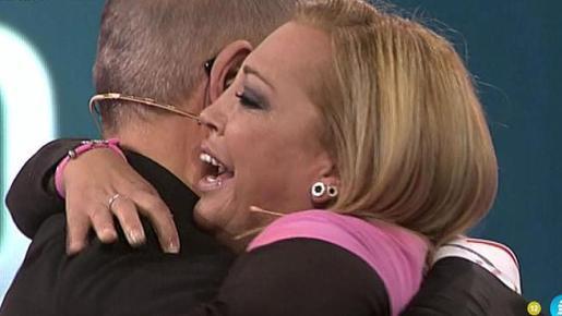 Belén Esteban se abraza al presentador Jordi González, tras ganar el concurso.