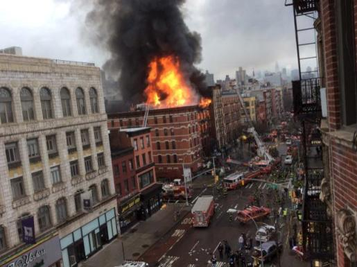 Imagen del edificio en llamas.