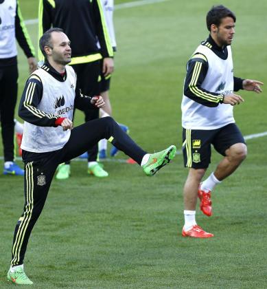 Los jugadores Iniesta (i) y Bernat durante el entrenamiento que la selección española de fútbol ha realizado este jueves en el estadio Sánchez Pizjuán de Sevilla.