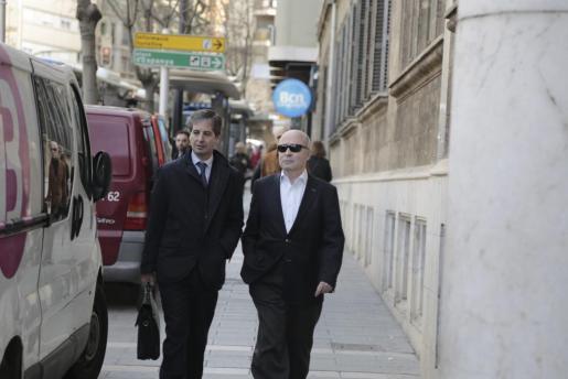 Fernando Areal, junto a su abogado, llegando a los juzgados.