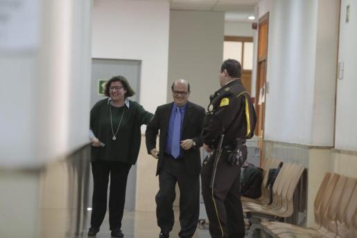 Catalina Cirer y Joan Huguet, este viernes en los juzgados.