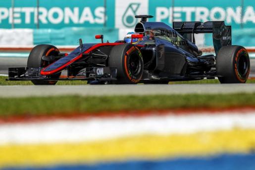 El piloto español de Fórmula uno Fernando Alonso, de McLaren, dirige su monoplaza durante la sesión de entrenamientos para el Gran Premio de Malasia en el circuito internacional de Sepang en Kuala Lumpur.