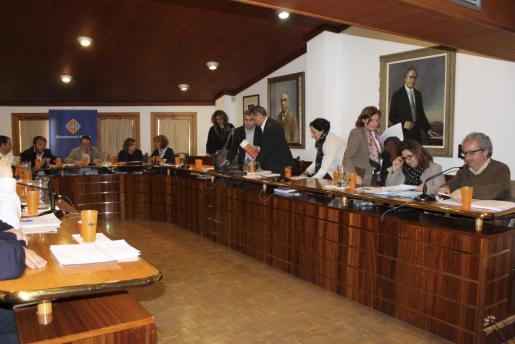 Momento en que los concejales del PSOE abandonan el pleno de Inca ante la negativa del alcalde de retirar un punto de la orden del día.