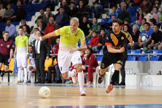 El jugador del Palma Futsal Vadillo intenta marcharse de un rival del Marfil Santa Coloma.