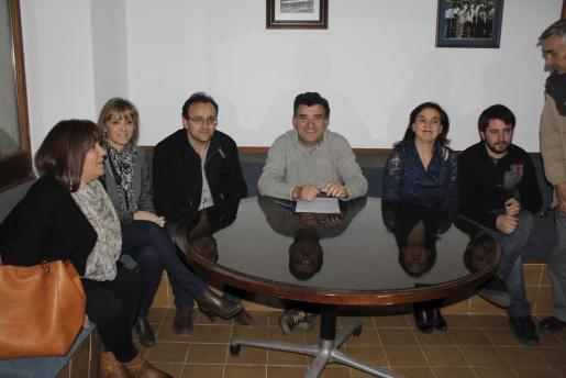 Joan Simonet (en el centro), arropado por los regidores del PP de Alaró.