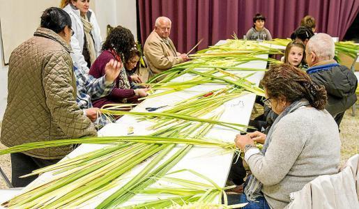 Los vecinos de Jesús, en plena elaboración para las palmas que sacarán a la calle este domingo.