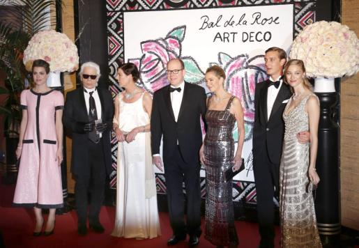De izquierda a derecha, Charlotte Casiraghi, Karl Lagerfeld, la princesa Carolina de Mónaco, el príncipe Alberto II de Mónaco, Paola Marzotto, Pierre Casiraghi y su novia Beatrice Borromeo.