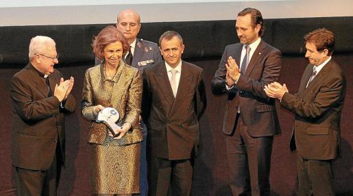 La reina Sofía con el Premio Popular de Honor junto al obispo de Mallorca, Javier Salinas; el presidente y consejero delegado de la cadena COPE, Fernando Giménez Barriocanal; el president del Govern, José Ramón Bauzá; y el director de COPE Mallorca, Xavier Bonet.