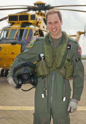 El príncipe Guillermo de Inglaterra junto a un helicóptero de las Fuerzas Aéreas en Anglesey (Reino Unido).
