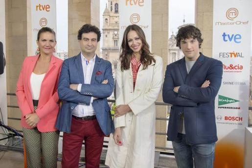 Eva González, en el centro, con el jurado del programa compuesto por Pepe Rodríguez Rey, Samantha Vallejo-Nágera y Jordi Cruz.