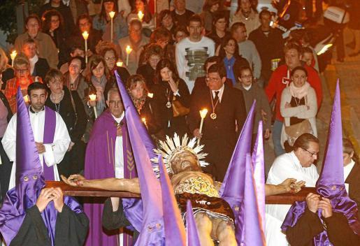 El Santo Cristo procesionó ayer por Dalt Vila.