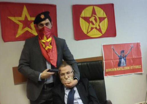Fotografía publicada en Twitter por el partido ilegalizado DHKP-C que muestra a una persona no identificada mientras apunta con un arma a la cabeza de un fiscal, identificado por el diario Hürriyet como Mehmet Selim Kiraz.
