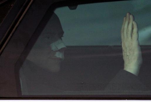 Berlusconi, ayer tras dejar el hospital San Raffaele camino de su residencia en Arcore, a las afueras de Milán.