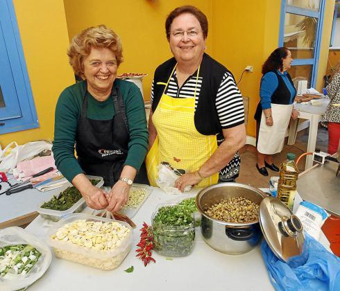 María, Nieves o Dolores impartieron ayer una clase magistral de cómo se preparan dos de los platos más tradicionales de la Semana Santa pitiusa.