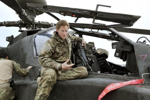 Fotografía de archivo del príncipe Enrique, en un helicóptero Apache.