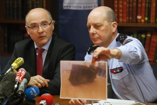 El general de la Gendarmerie David Galtier sostiene una fotografía de la caja negra hallada por los investigadores.