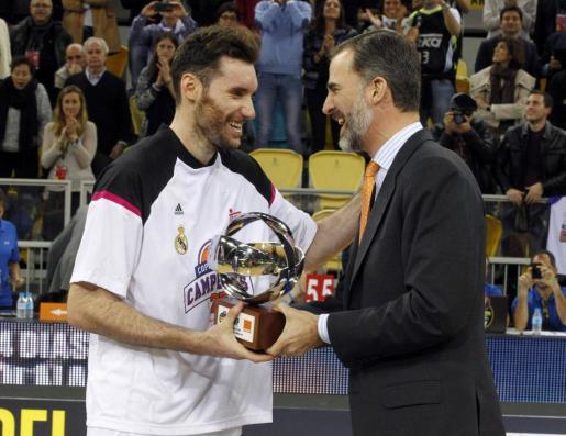 El alero del Real Madrid Rudy Fernández (i) recibe de manos del rey Felipe VI el trofeo MVP de la Copa del Rey.