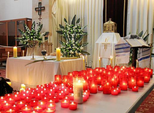 En la parroquia de Sant Antoni de Portmany, el decorador Antoni Riera Campos fue el encargado de dar colorido a la capilla de la iglesia dedicada a esta tradición cristiana.