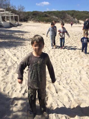 El menor de tan sólo siete años cubierto de aguas fecales y arena tras caer en la fosa séptica.