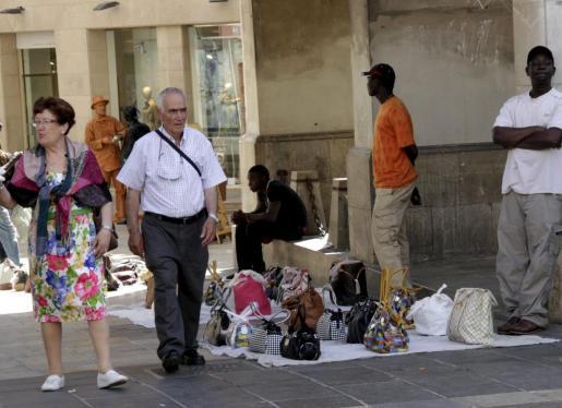 Aunque se han incautado muchos objetos, la venta ambulante sigue presente en Palma. En las zonas turísticas, la aplicación de la ordenanza se centrará en esta problemática, en el trile y el botellón.