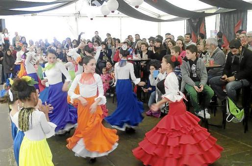 La alegría y el bullicio vuelven a la Feria de abril de Palma de la mano de la Casa de Andalucía y Trui.