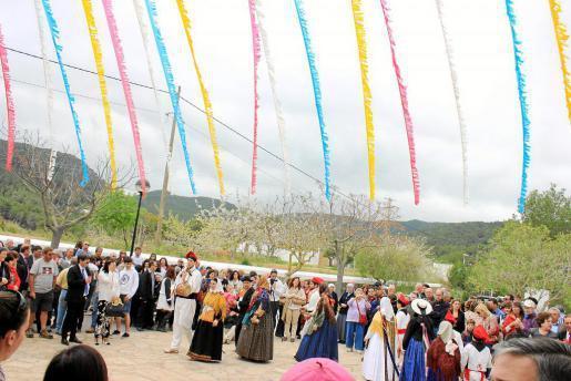 Tanto la iglesia como la plaza se llenaron de centenares de personas.