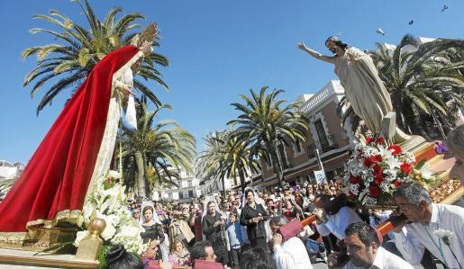 La soleada mañana dejó estampas impresionantes durante la procesión. Foto: DANI ESPINOSA