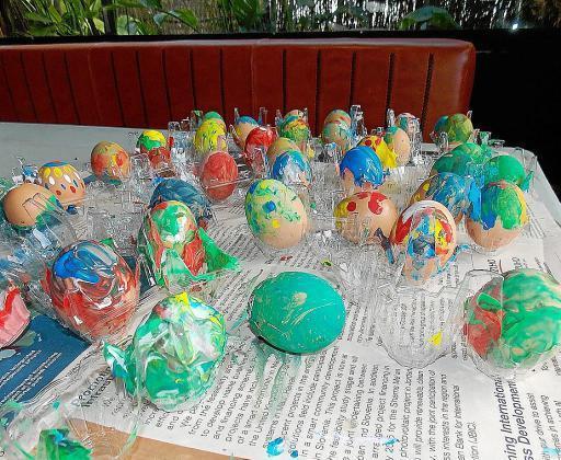 Huevos pintados por los niños.
