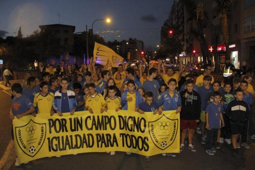 Jugadores, directivos y amigos del Independent del Camp Redó se manifiestan en Palma para reclamar unas instalaciones dignas en el campo l'Antoniana.