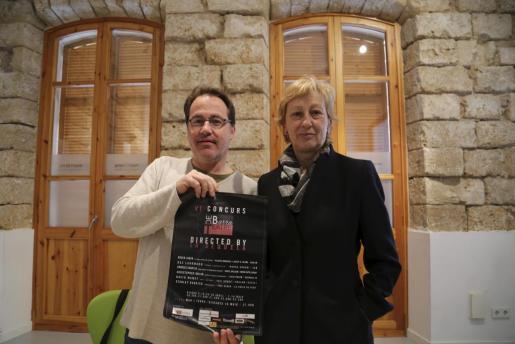 La coordinadora general de Cultura del Ajuntament de Palma, María José Massot, acompañada de Javier Matesanz, uno de los organizadores de este certamen.