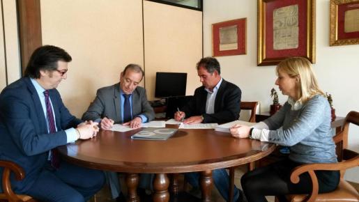 Momento de la firma del convenio con la presencia del director general de Endesa en Balears, Ernesto Bonnín y el alcalde de Llucmajor, Joan Jaume Mulet.