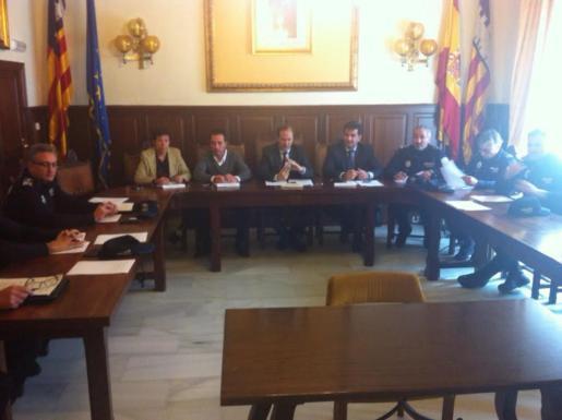 Inicio de la reunión del Consejo de Cordinación de los policías locales del Sudeste de Mallorca, celebrado en Santanyí.