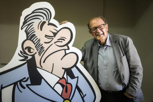 """El dibujante Francisco Ibáñez, junto a una de las imágenes de un personaje de """"El tesorero"""", número 200 de la serie de cómics Mortadelo y Filemón, presentado en el Círculo de Bellas Artes de Madrid."""