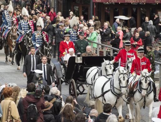 La reina Margarita de Dinamarca y su marido, el príncipe Henrik saludan desde una carroza durante un recorrido por la ciudad Aarhus celebrado dentro de los actos organizados con motivo del cumpleaños de la reina, este miércoles 8 de abril de 2015. Margarita cumplirá 75 años el próximo 16 de abril.