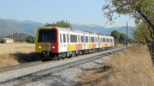 magen del tren que cubre la línea ferroviaria Inca–Palma a su paso por el municipio de Santa Maria del Camí.