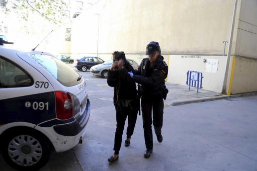 La mujer detenida fue trasladada en un coche policial separada del resto de presos.