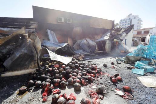 El fuego se inició a las cinco de la madrugada en uno de los camiones de la empresa.