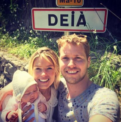 Eva Deia con sus padres, Isabella y Sam Branson, en Deià.