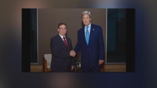 El Departamento de Estado publicó en su cuenta de Twitter una foto de Kerry y Rodríguez en la que aparecen ambos estrechándose la mano, después de que su portavoz, Marie Harf, anunciara también en Twitter que el encuentro iba a celebrarse.