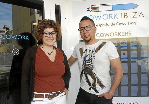 Sandra Císcar y Salva Carbó, fundadores de Cowork Ibiza, posan junto al local situado en Vila.