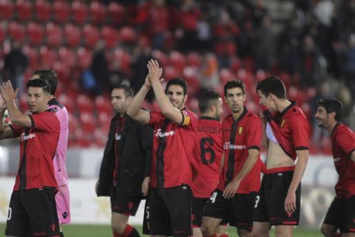 Los jugadores del Real Mallorca celebran una victória en Son Moix.