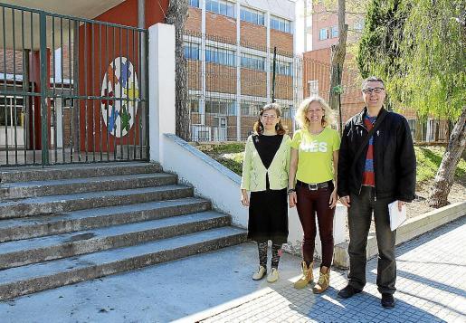 AIna Ferrer, Alice Weber y Miquel Pieras, ante el colegio Llevant de Inca.