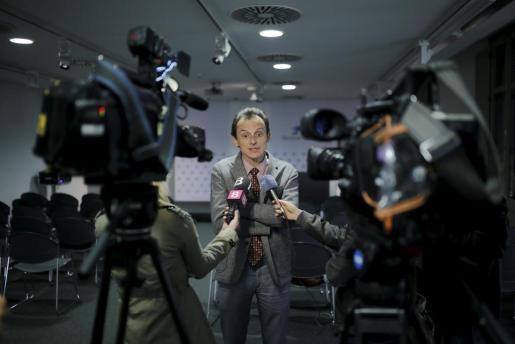 Pedro Duque atendiendo a los medios de comunicación.