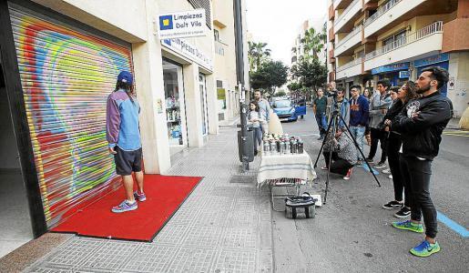 El artista Boke comenzó a plasmar su obra en Cowork Ibiza desde las siete de la tarde. Foto: DANI ESPINOSA