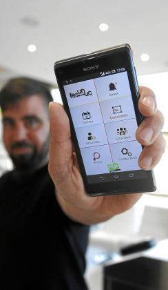 Felipe Ruiz muestra en su móvil la nueva aplicación de Fesunuc ya disponible para Android. Foto: DANI ESPINOSA