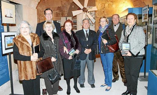 Mercedes Mir, María Dolores Vidal, Toni Alcover, Esperanza Vidal, el presidente de la asociación, José Pascual; María José Massot, Luis García- Ruiz y Catina Esteva.